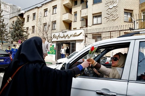 اهدای گل به بانوان تهرانی توسط ستاد احیاءامربه معروف ونهی از منکر